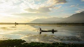 人在湖的划艇在斯利那加,印度 库存照片
