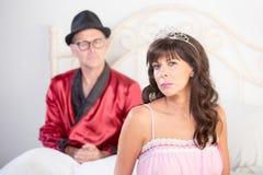 Портрет принцессы и плейбоя в кровати Стоковая Фотография RF