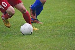 足球运动员踢 库存照片