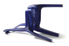 Пластичный стул с сломанной ногой Стоковое фото RF
