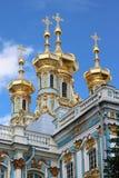 金黄圆屋顶凯瑟琳宫殿圣彼德堡 免版税库存照片
