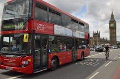 红色公共汽车和大本钟 伦敦 免版税图库摄影