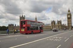 伦敦,英国 红色公共汽车和大本钟 库存照片