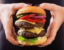 大三明治-汉堡包汉堡用牛肉、乳酪、蕃茄和调味汁 图库摄影
