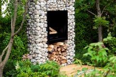 现代壁炉在庭院里 库存照片