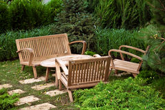 装饰椅子和桌在庭院里 库存照片