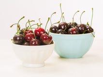 两碗湿樱桃 库存图片