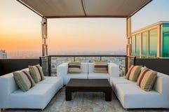 放松在公寓屋顶上面庭院的锥体 免版税库存照片