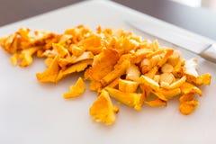 被切的金黄黄蘑菇真菌 免版税库存照片