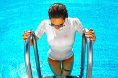 在游泳衣的性感的最新的样式 库存图片