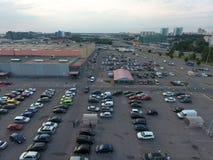在欧尚购物中心的停车场的鸟瞰图 免版税库存图片