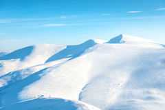 Όμορφα χειμερινά βουνά με το χιόνι Στοκ Φωτογραφία
