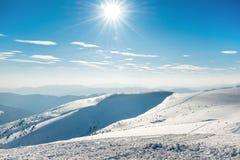 Όμορφα χειμερινά βουνά με το χιόνι Στοκ Εικόνες
