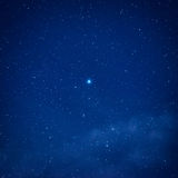 Μπλε σκοτεινός νυχτερινός ουρανός με πολλά αστέρια Στοκ φωτογραφίες με δικαίωμα ελεύθερης χρήσης