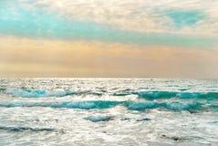 Ηλιοβασίλεμα στην μπλε θάλασσα με τα κύματα Στοκ φωτογραφία με δικαίωμα ελεύθερης χρήσης