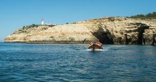 Люди сидя на доске маленькой лодки Стоковое Изображение RF