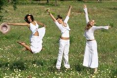 组愉快的跳的十几岁青年时期 免版税库存照片