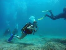 背景男孩潜水查出屏蔽水肺微笑的白色 免版税图库摄影