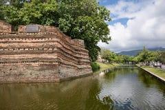 清迈护城河和古老墙壁 免版税库存照片