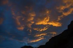 在天空的落日照亮的美丽的云彩 库存图片