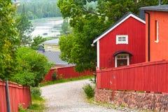 红色木房子在波尔沃,芬兰镇  免版税库存图片