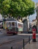 绿色电车在狭窄,街道,里斯本 免版税库存图片