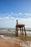 Старый ржавый берег крана на море Стоковое Изображение RF