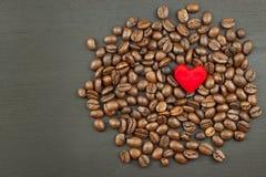 咖啡销售  在木背景的咖啡豆 免版税库存图片