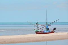 Αλιευτικό σκάφος στην παραλία στην Ταϊλάνδη Στοκ εικόνες με δικαίωμα ελεύθερης χρήσης