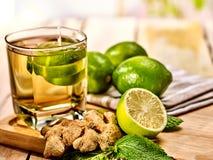 与绿色透明石灰饮料和姜的玻璃 免版税库存照片
