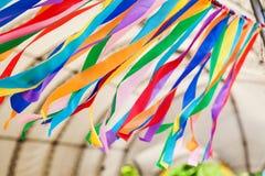 Строка пестротканых нашивок ткани в ветре Стоковые Изображения