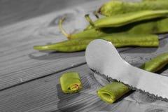 Πράσινα φασόλια που κόβουν το μαχαίρι Στοκ Εικόνα