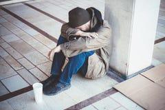 无家可归说谎在单独街道上 库存图片