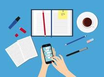 传送信息到朋友通过瞬时笔谈 拿着有闲谈的女性手一个智能手机在显示 免版税库存照片