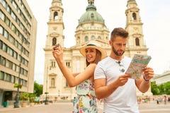年轻旅游夫妇 免版税库存图片