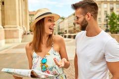 年轻旅游夫妇 库存照片