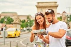 年轻旅游夫妇 免版税库存照片