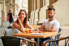 年轻旅游夫妇在桌上 库存图片