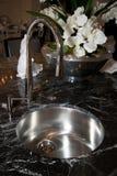 新的现代家庭厨房不锈的水槽 免版税库存图片