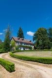 有庭院的法国房子 库存图片