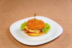 大和鲜美鸡汉堡 免版税库存图片