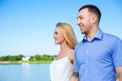 愉快的美好的夫妇画象在夏天靠岸 库存照片