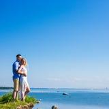愉快的夫妇画象在美好的海视图的 免版税图库摄影