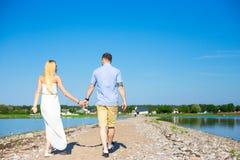 暑假概念-享受夏天的夫妇后面看法  免版税库存照片