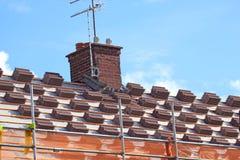 在堆的瓦 屋顶修理 图库摄影