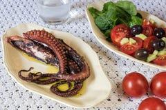 章鱼和沙拉 免版税库存图片