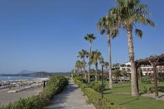在海滩的散步在早晨 库存图片