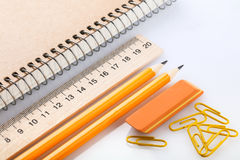 笔记本、橡皮擦、统治者、铅笔和纸夹 库存图片