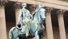 双排扣的男礼服雕象在圣乔治的霍尔外 图库摄影