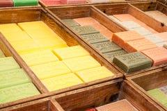 五颜六色和芬芳草本肥皂市场在法国 库存照片